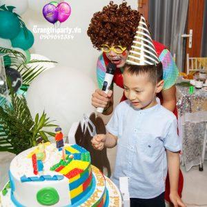 cắt bánh kem sinh nhật